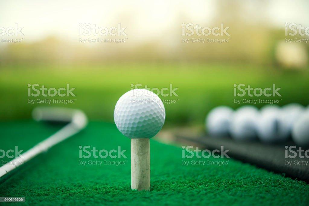 Weiße Golfball auf spezielle Ausbildung Stand, Putter und grasgrün – Foto