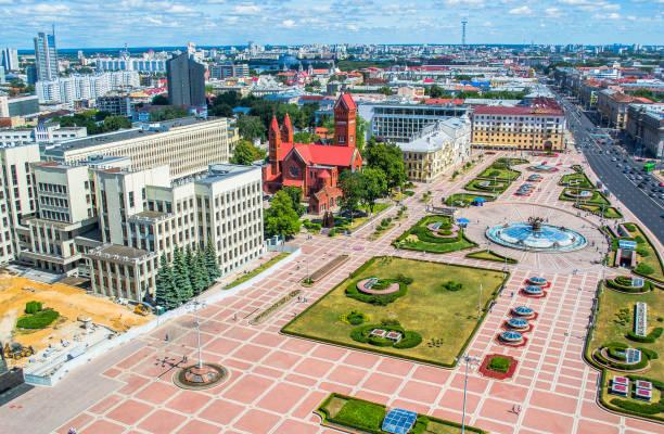 budynek białego parlamentu rządowego i pomnik lenina na placu niepodległości w mińsku na białorusi - białoruś zdjęcia i obrazy z banku zdjęć