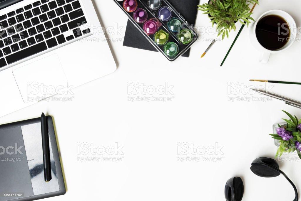 Tableau blanc bureau concepteur graphique avec la souris stylo