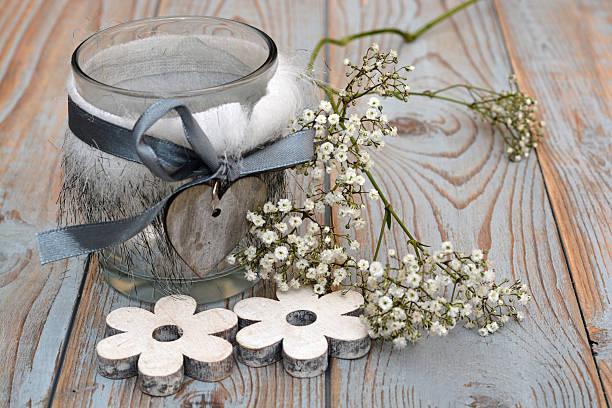 weiß und grau weihnachten dekoration auf alten holz mit blumen - lichtschlauch stock-fotos und bilder