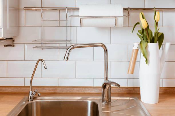 weiß grau küche raumorganisation. reines wasser und klare spüle - küche deko blog stock-fotos und bilder