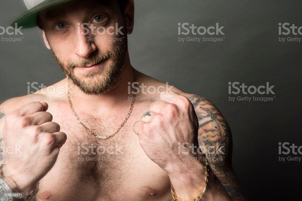 Blanco Hip Hop estilo rapero sin camisa con tatuaje y Bling foto de stock  libre de 05f5ea81f85