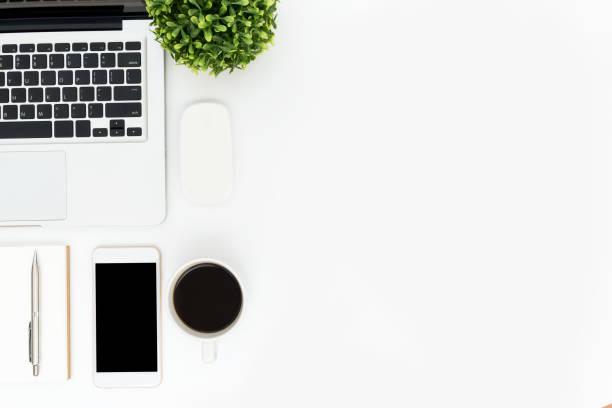 白色時髦辦公室辦公桌桌與手提電腦和供應。頂部視圖與複製空間, 平躺。 - 整齊 個照片及圖片檔