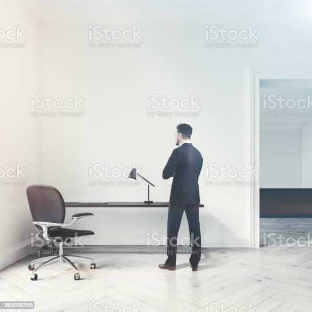 Białe Wnętrze Biura Domowego Drzwi Człowiek - zdjęcia stockowe i więcej obrazów Biurko