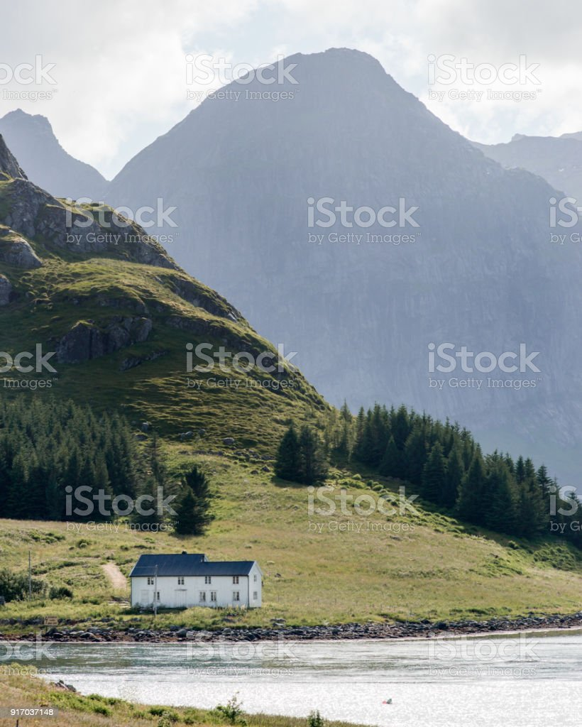 Ein weißes Haus am Meer in Lofoten, Norwegen. – Foto