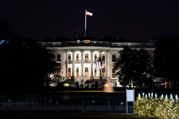 weiße haus mit der amerikanischen flagge, national mall weihnachtsbaum während der dunklen nacht beleuchtete, marine ein hubschrauberlandeplatz, umzug, unscharfe, verschwommene bewegung zeigen - dunkle flecken entferner stock-fotos und bilder