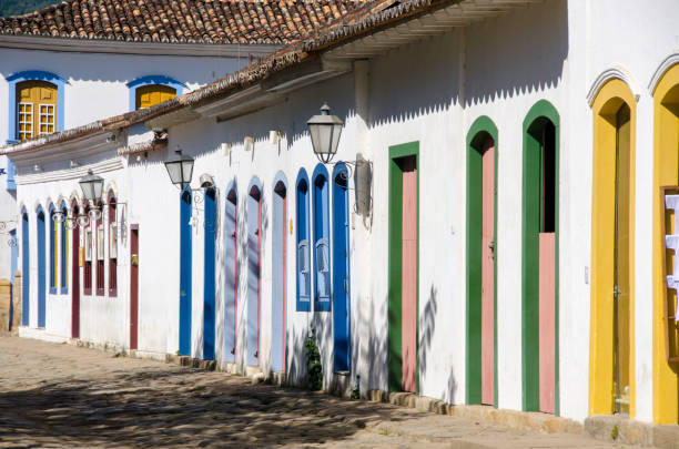 white houses with colored doors and windows in Paraty – zdjęcie