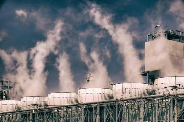 blanche industrielle fumée de la cheminée sur un ciel bleu - Photo