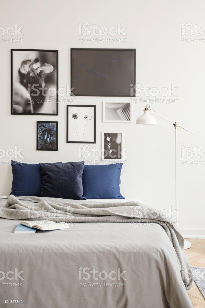 Weisse Industriellen Stil Stehleuchte Von Einem Gemutlichen Bett Mit Dunkel Blauen Kissen In Einem Hellen Hipsterschlafzimmerinterieur Stockfoto Und Mehr Bilder Von Behaglich Istock