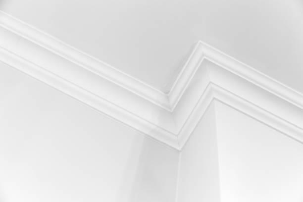 white interior with corner and ceiling baseboard - gips materiał budowlany zdjęcia i obrazy z banku zdjęć