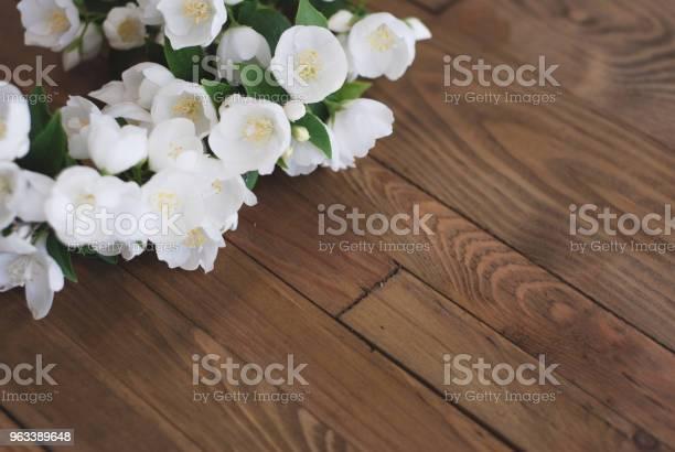 Białe Kwiaty Jaśminu Małe Białe Kwiaty Na Brązowym Starym Drewnianym Tle Miejsce Na Tekst - zdjęcia stockowe i więcej obrazów Kwiat - Roślina