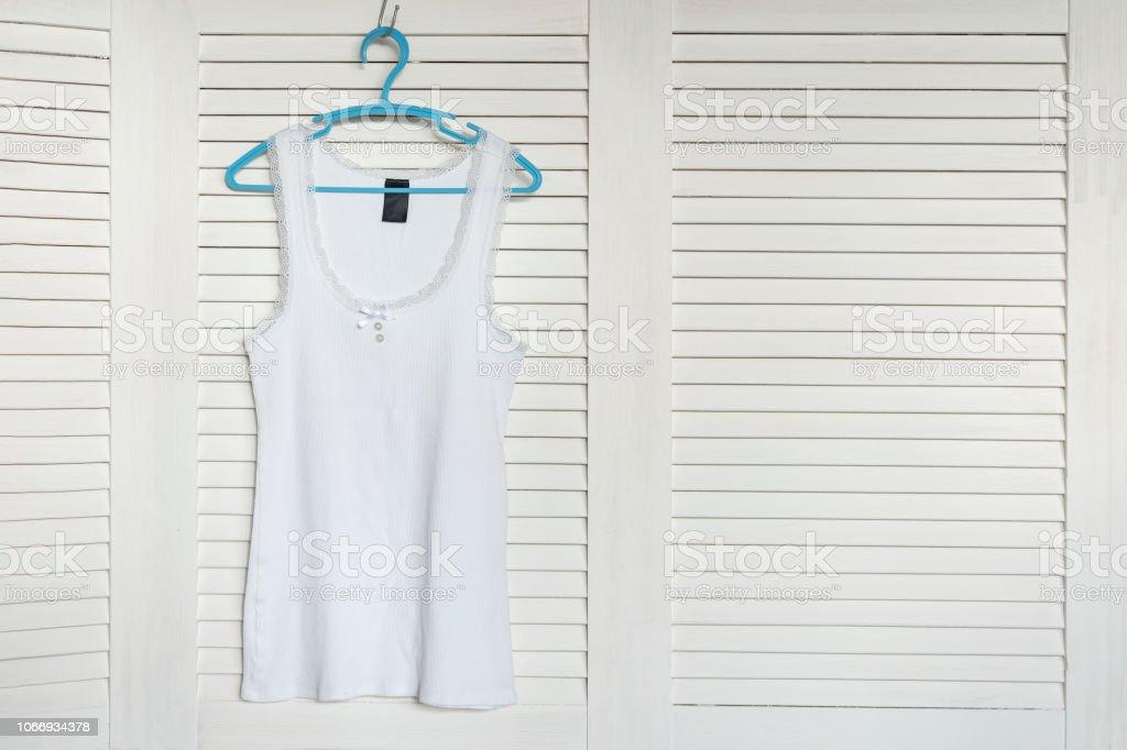 new products 6f69c 27254 Weißes Trikot Auf Dem Kleiderbügel Weißen Fensterläden Auf ...