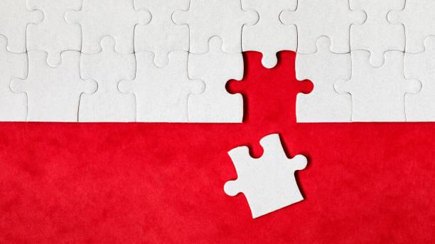Weiße Puzzleteile. Füllen Sie Teile des Puzzles aus. Vervollständige das Puzzle mit den fehlenden Teilen. Fragment eines gefalteten weißen Puzzles. – Foto