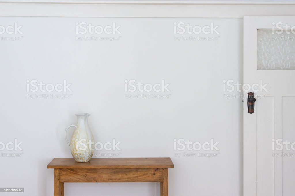 White jug on wooden side table - Foto stock royalty-free di Ambientazione interna