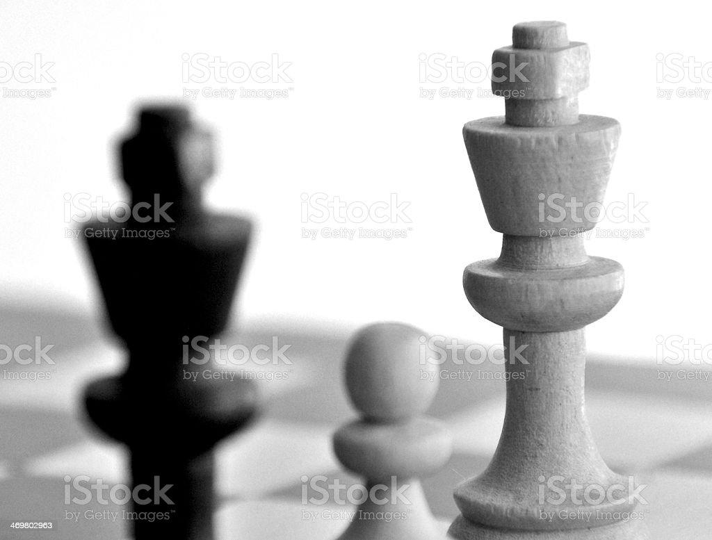 Peão ameaçam king branca e preta em B & W king-size - foto de acervo