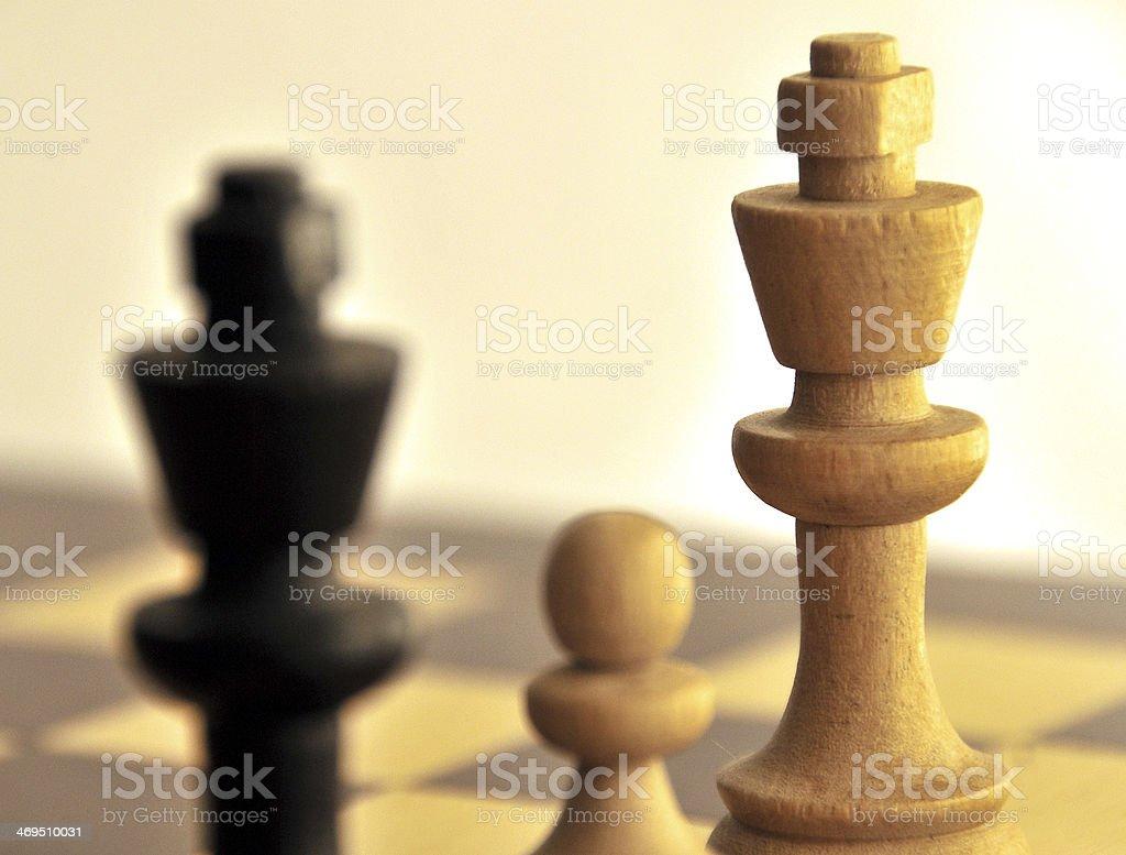 king branca e peão ameaçar preto cama king-size - foto de acervo