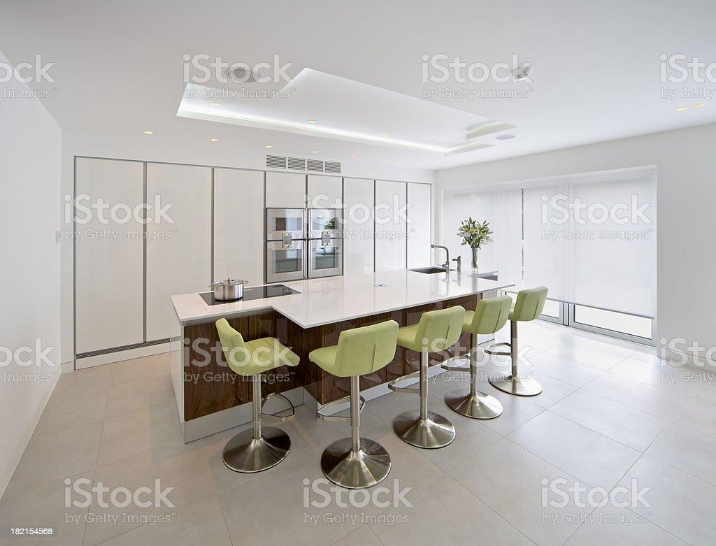 Weiße Und Grüne Küche Mit Barhockern Lizenzfreies Stock Foto