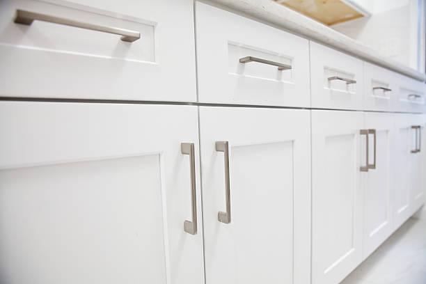 white küche schrank - griffe für küchenschränke stock-fotos und bilder
