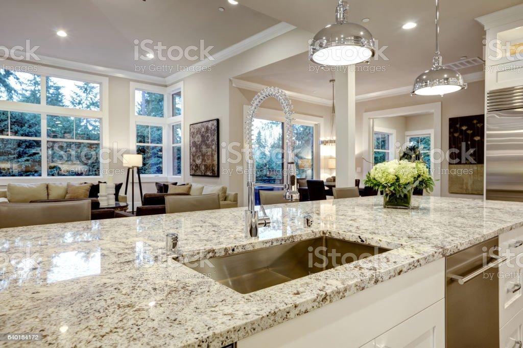 White kitchen design in new luxurious home – zdjęcie