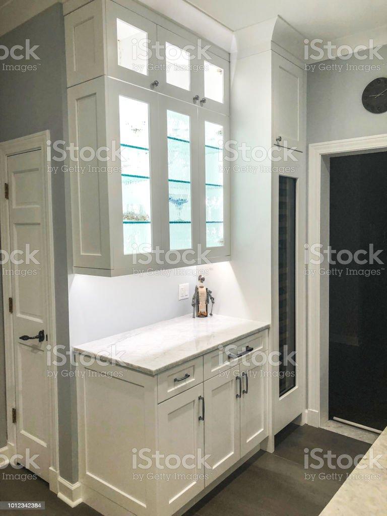 Armoire Comptoir De Famille photo libre de droit de conception de cuisine blanc avec