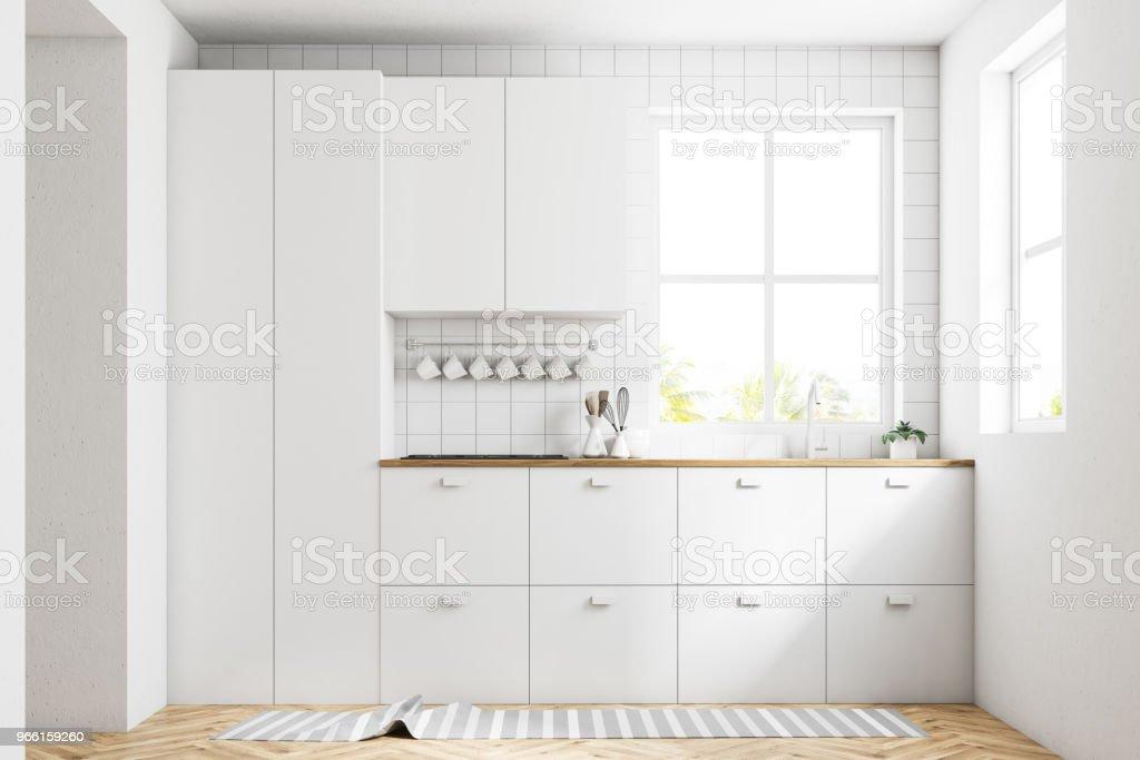 Vitt kök interiör, bänkskivor - Royaltyfri Arkitektur Bildbanksbilder