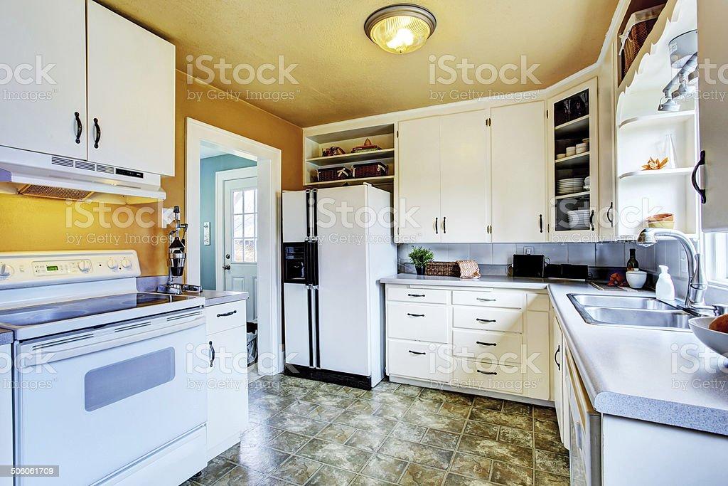 Weiße Küche Interieur Mit Pfirsich Wände Und Khaki Linoleum ...
