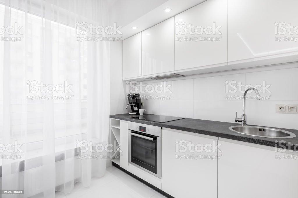 Weiße Küche Mit Schwarzen Arbeitsplatte Stockfoto und mehr ...