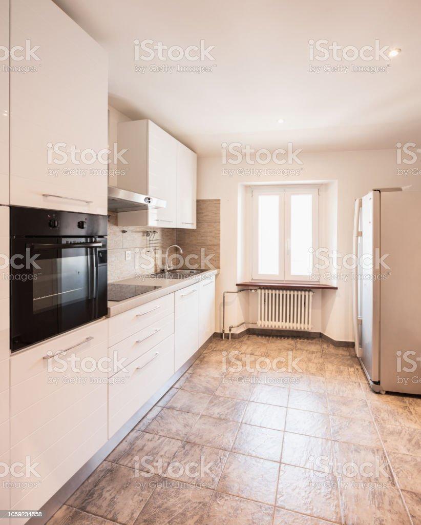 Carreaux Noir Et Blanc Cuisine photo libre de droit de cuisine blanche avec four noir et