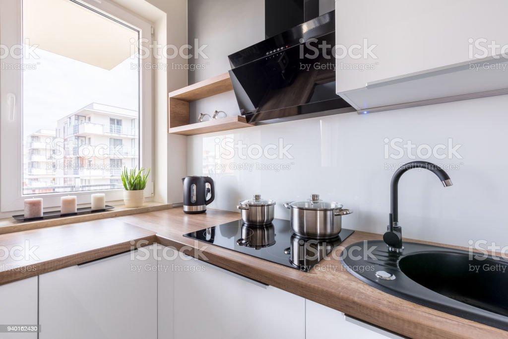 Weiße Küche Mit Schwarzen Waschbecken Stockfoto und mehr ...