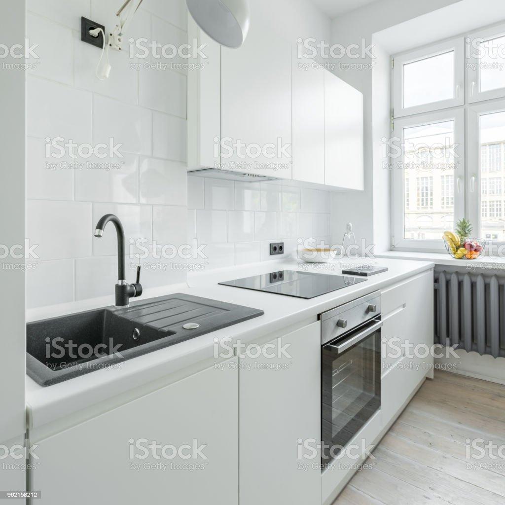Weiße Küche Mit Spüle Stockfoto und mehr Bilder von Arbeitsplatte