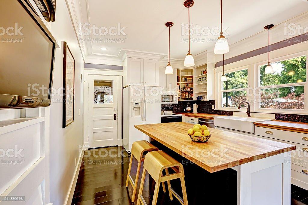 Weiße Küche Mit Holzarbeitsplatte Island Stockfoto und mehr ...