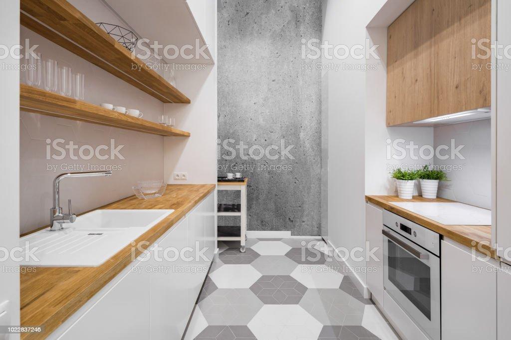 Weiße Küche Mit Arbeitsplatte Aus Holz Stockfoto und mehr Bilder von ...