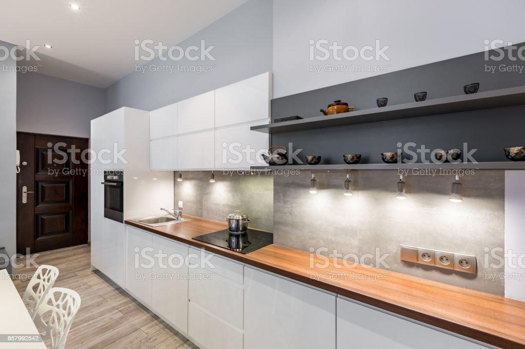Weiße Küche Mit Arbeitsplatte Aus Holz Stockfoto und mehr ...
