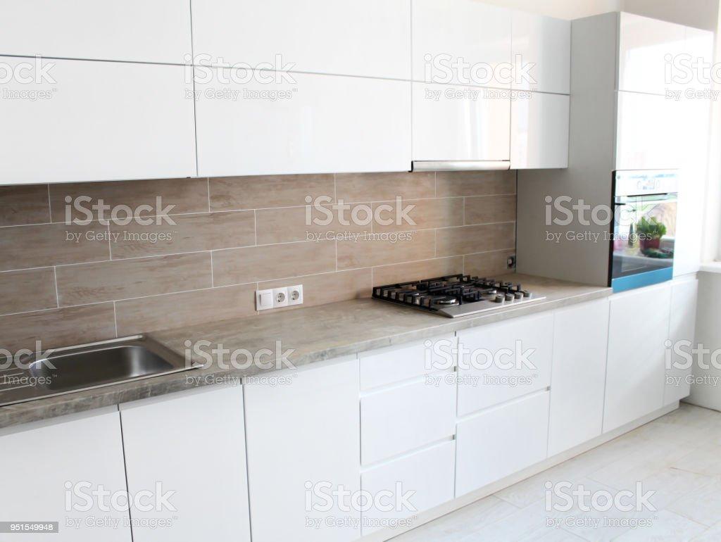 Weiße Küche Ohne Griffe Interior Design Stockfoto und mehr ...