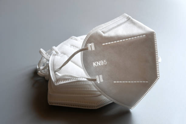 white kn95 or n95 mask for protection pm 2.5 and corona virus isolated on grey background. prevention of the spread of virus and pandemic covid-19. - ffp2 imagens e fotografias de stock
