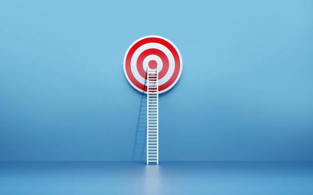 Weiße Leiter leaning auf ein Ziel auf blaue Wand – Foto