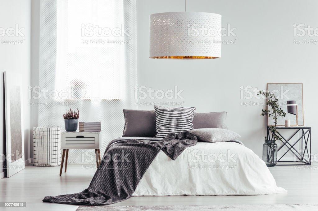 Weiße Lampe in hellen Schlafzimmer Lizenzfreies stock-foto