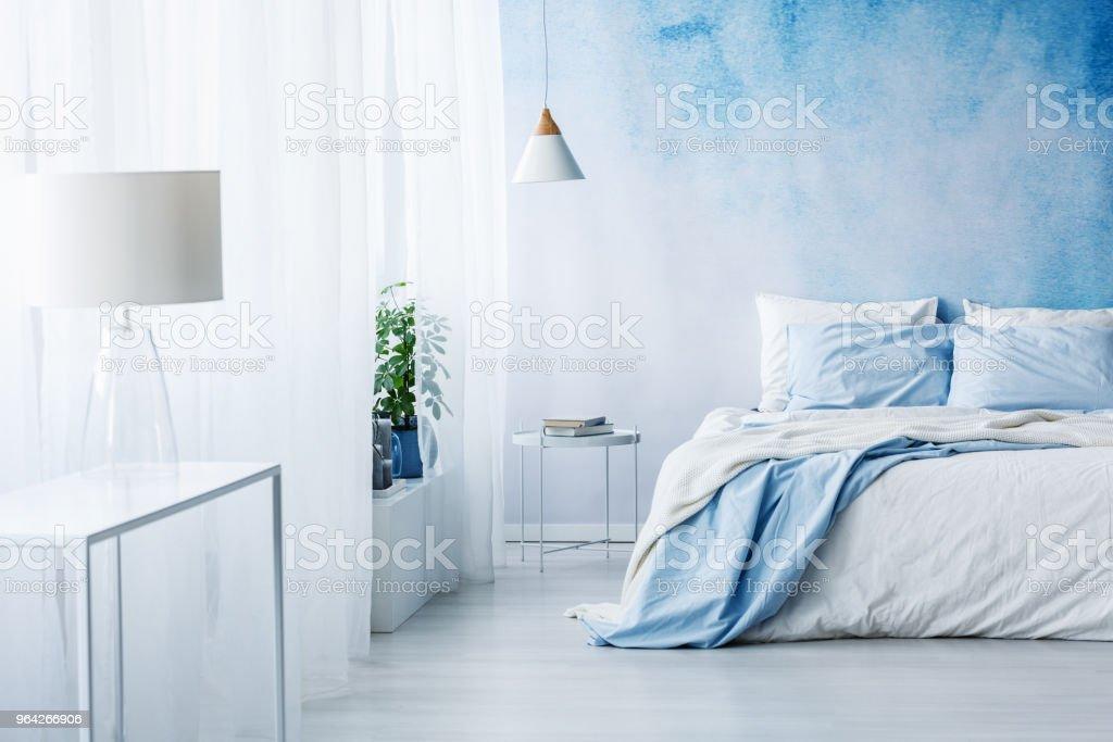 Weisse Lampe Auf Einem Tisch Innen Leuchtend Blaue Schlafzimmer Mit