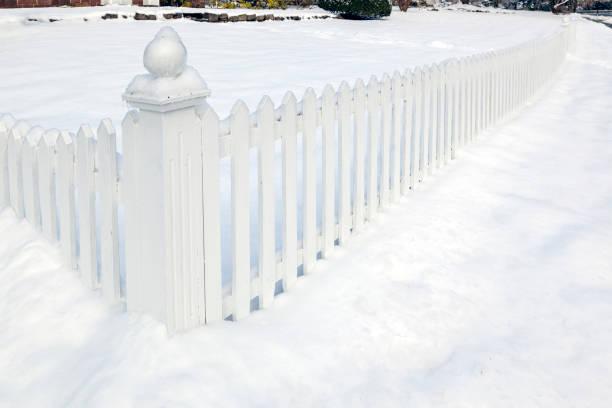 weiße landschaften mit schnee bedeckten suburban vorgarten und lattenzaun - lattenzaun garten stock-fotos und bilder