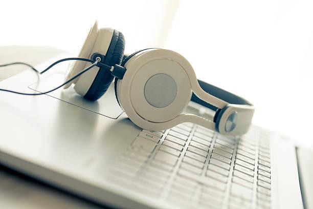 Weiße laptop und Kopfhörer – Foto
