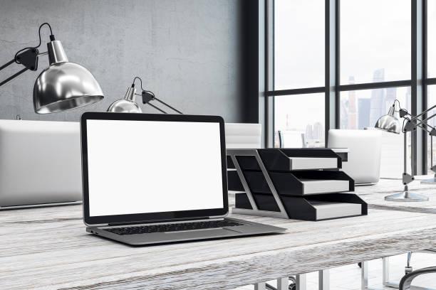 Weißen Laptop am Schreibtisch – Foto
