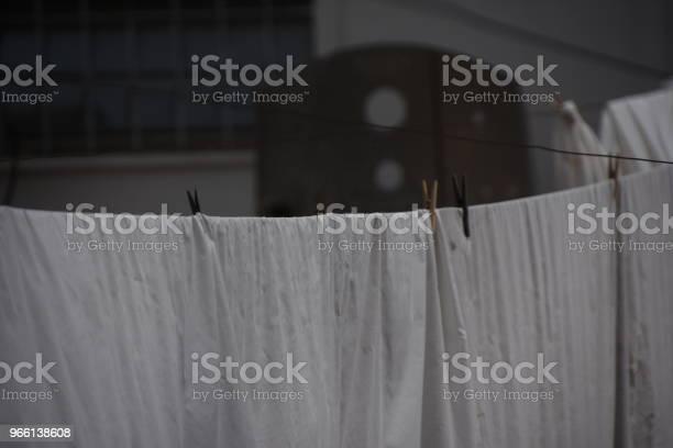 Lavanderia Bianca Che Sbatte Nel Vento - Fotografie stock e altre immagini di Bianco e nero