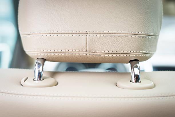 weißes leder-sitze-detail mit fokus auf strick - kopfstütze stock-fotos und bilder