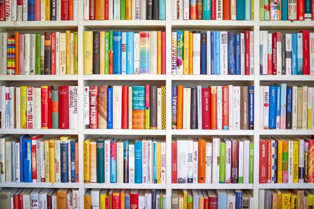 Weißes Bibliotheksregal mit mehrfarbigen Büchern – Foto