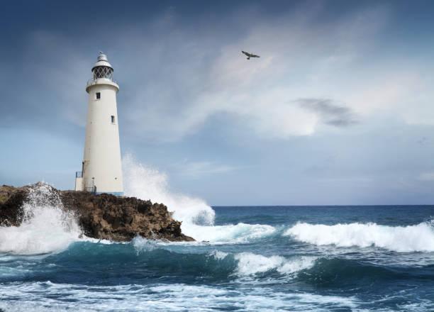 phare sur la falaise blanc - phare photos et images de collection