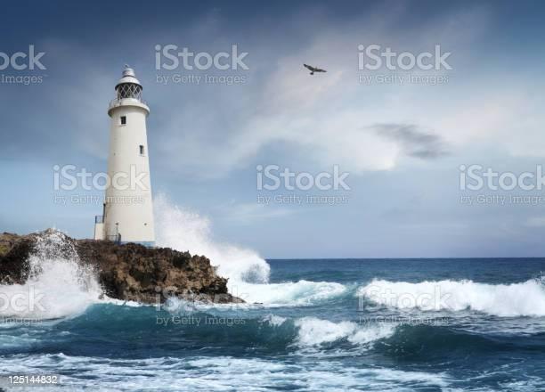 Weiße Leuchtturm Auf Der Klippe Stockfoto und mehr Bilder von Anleitung - Konzepte