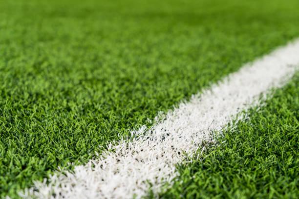 Línea blanca en campo de deporte de hierba verde para el concepto de deporte - foto de stock