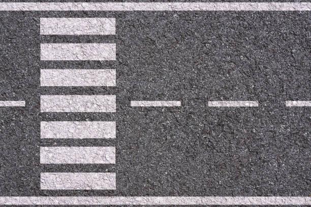 lignes blanches et passage pour piétons sur fond de rue - passage balisé photos et images de collection