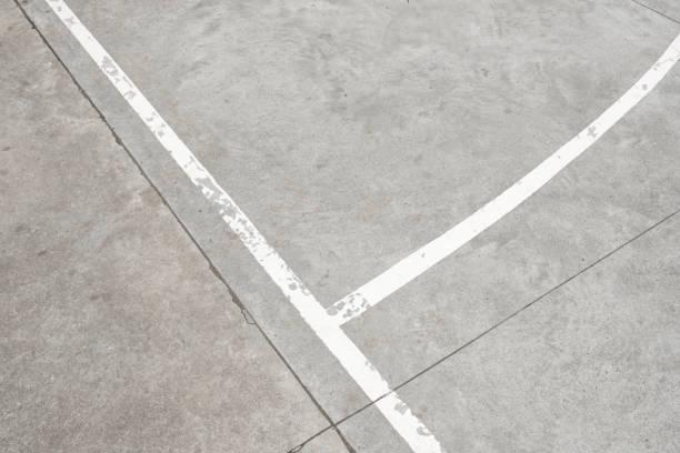 weiße linien auf betonboden - vintage sport hintergrund - spielplatz design stock-fotos und bilder