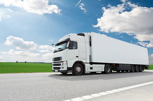 LKW mit weißen trailer über Blau Himmel – Foto